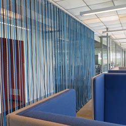Room Divider van blauwe touwen